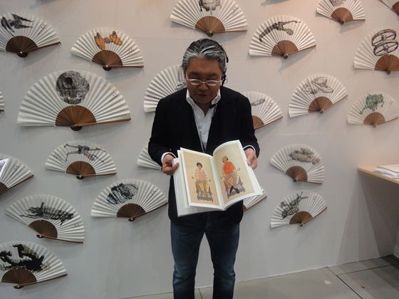 "Miyatsu showing the artwork book by Donghyun Son. It is titled ""Portrait of the king"" and the kings are Michel Jackson from the young to old."