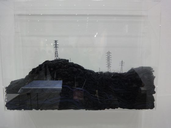 ARATANIURANO, another Azito's partner galery was showing Takahiro Iwasaki's fragile works. Radio towers are settled on clothe made of its thread.