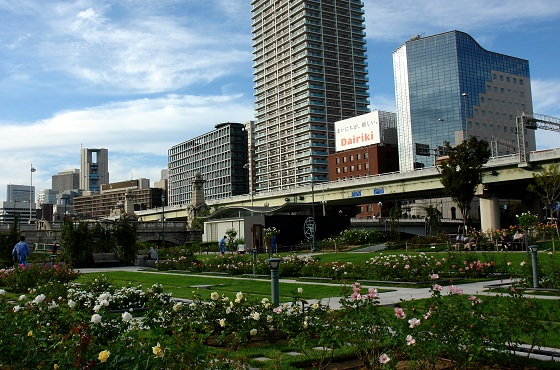 The hotel is located in a rose garden of Nakanoshima park.
