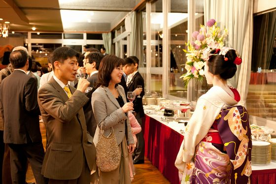 Maiko (right) welcomed the visitors at the reception party of ART KYOTO 2012.