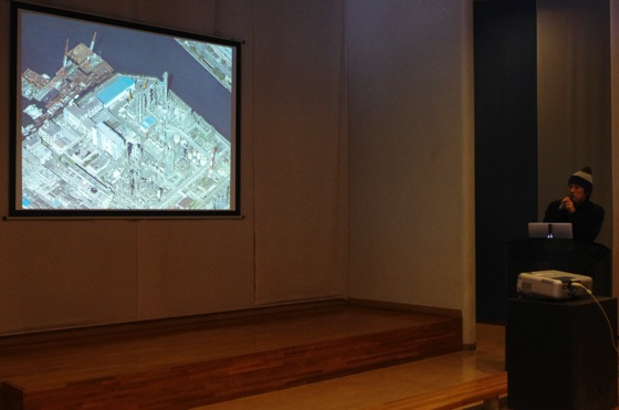 Takahiro Iwasaki giving a presentation on his exhibition at the Kawasaki City Museum.