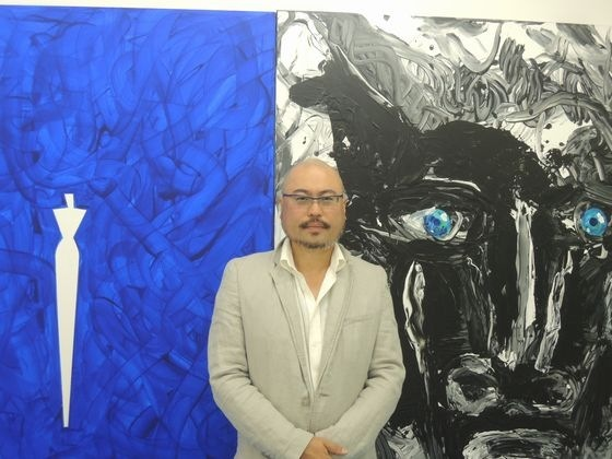 Mr. Mori in front of Aki Kuroda's painting at Mori Yu Gallery.
