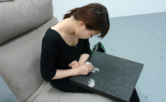 Nana Funo is painting a leaf pattern with a masking fluid pen. It reminds me a scene where a woman is doing a sensitive handwork like embroidery or lacemaking.