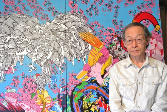 Keiichi Tanaami in front of his painting.